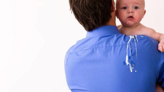 Почему ребенок срыгивает свернувшимся молоком?