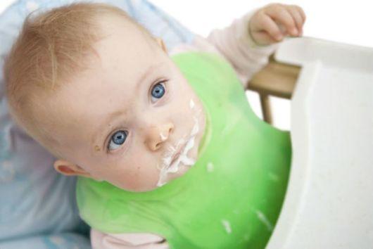 Опасно ли, когда ребенок срыгивает через нос?