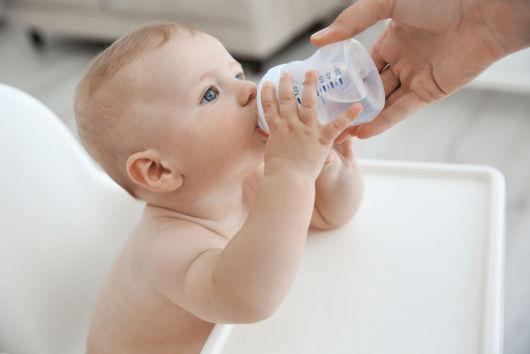 Нужно ли допаивать грудничка водой при кормлении грудью?