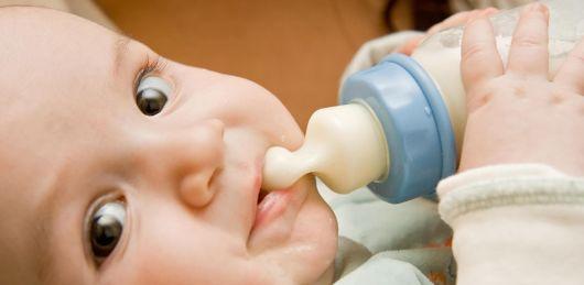 Какой должен быть стул у новорожденного на искусственном вскармливании: сколько раз в день по норме?