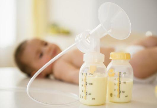 Как сцеживать грудное молоко молокоотсосом?