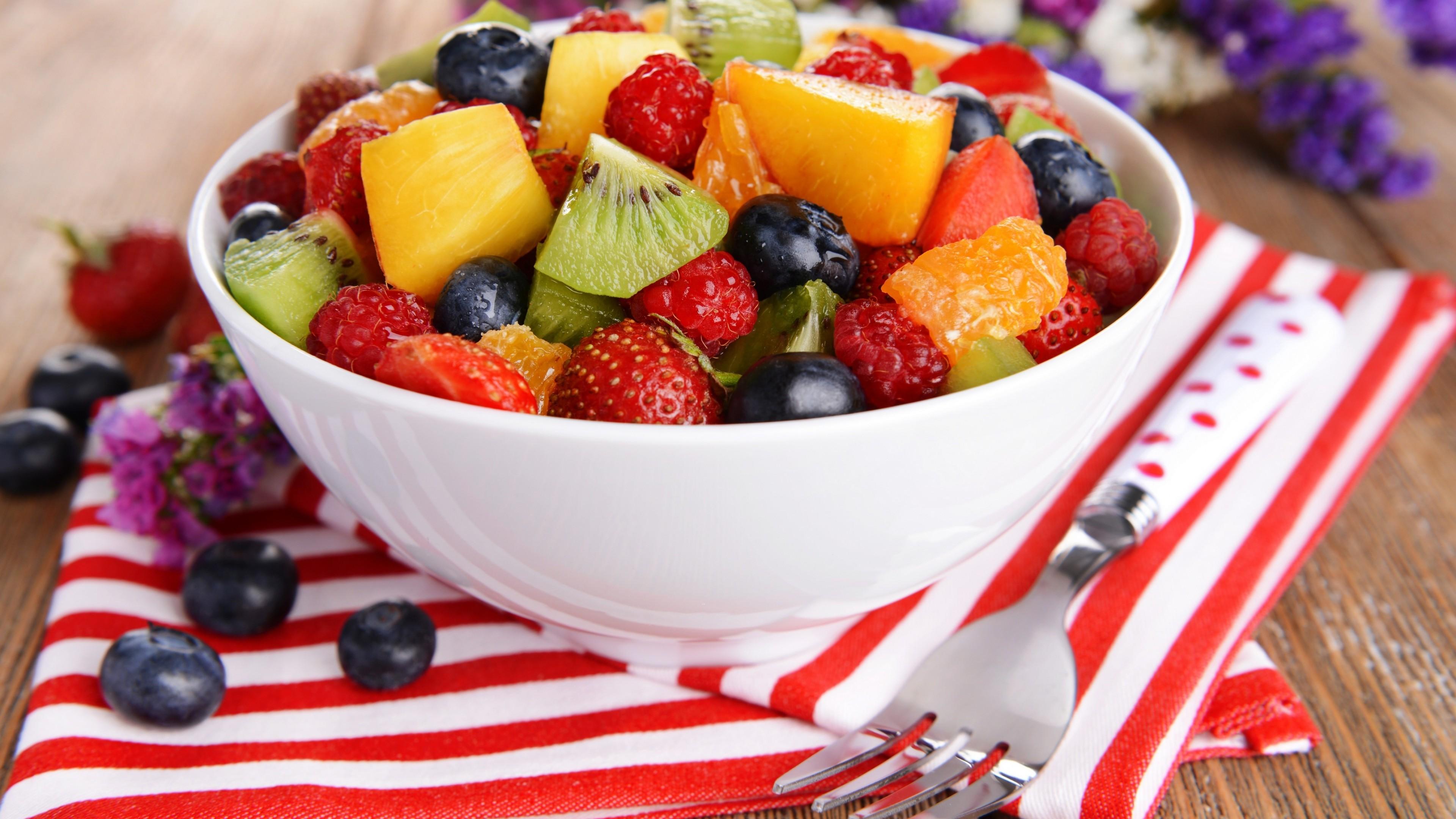салат с фруктами и мелиссой