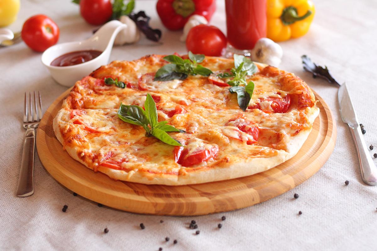 помидоры на пицце